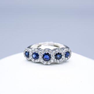 Anello di diamanti con zaffiri blu